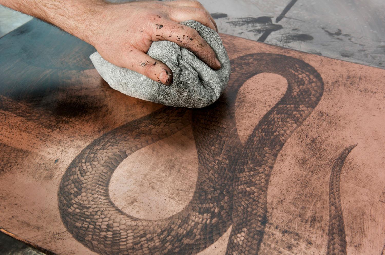 Chalcographie du Louvre | L'essuyage d'une plaque à l'aide d'une tarlatane