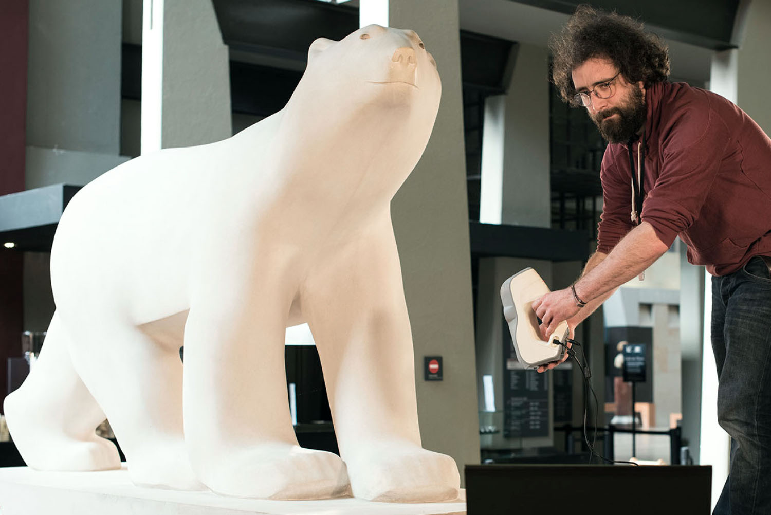 From producing a silicone mold to casting in resin, plaster or bronze, the cast workshop techniques - Making a mold - Processing the digital imprint of <i>Pompon's Bear</i>